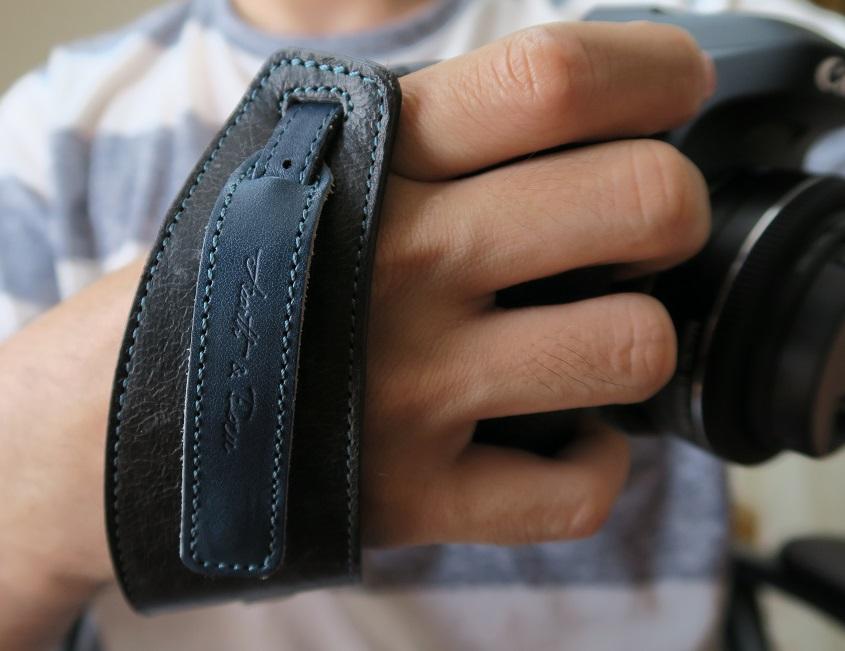 acru_hand_strap_hold